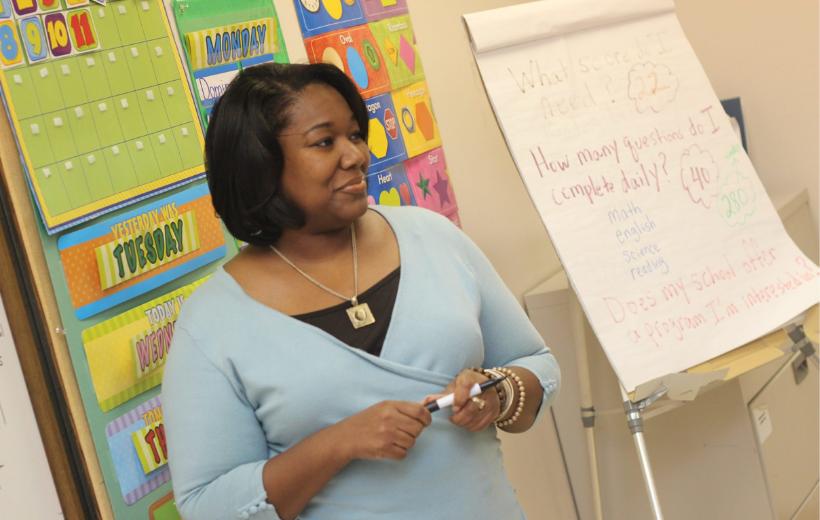 professora orientando os alunos